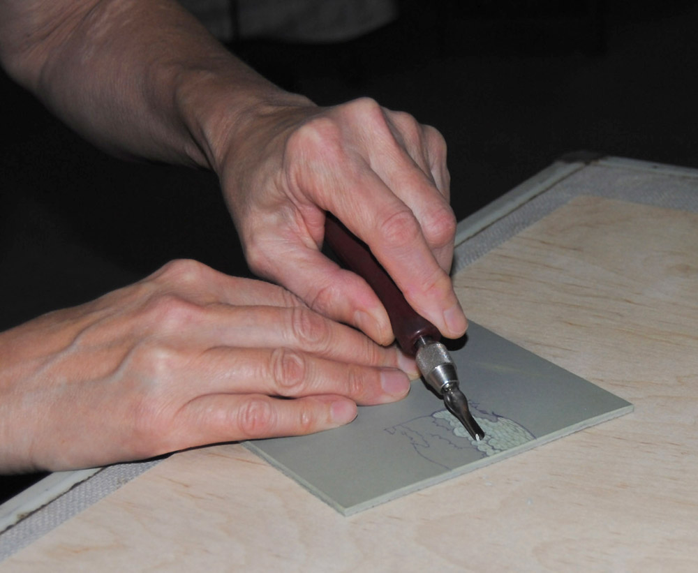 hands carving lino